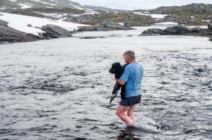 Pappa som bærer Frøya over njasjkasjåhkå