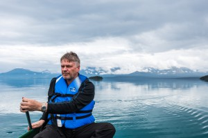 Pappa som padler på Atlin lake