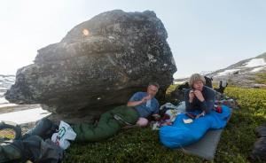 Jeg og pappa som slapper av i skyggen av en svær stein
